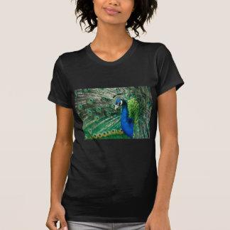 Pfau-und Eiffelturm-Entwürfe durch schnelles Brown T-Shirt