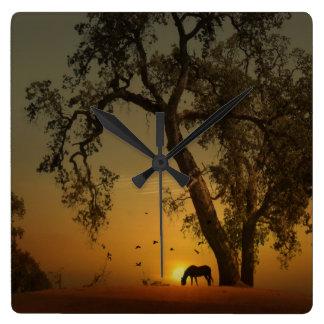 Pferd an der Sonnenunterganguhr Quadratische Wanduhr