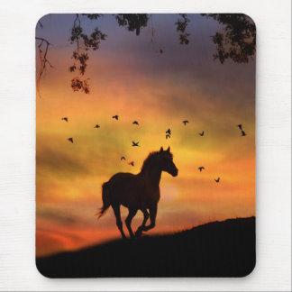 Pferd, das an der Sonnenuntergang-Mausunterlage Mauspads