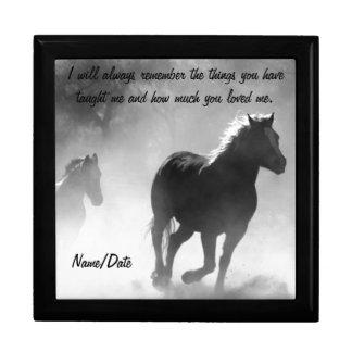 Pferd, das aus dem Nebel heraus galoppiert Erinnerungskiste