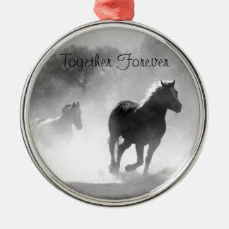 Pferd, das aus dem Nebel heraus galoppiert Rundes Silberfarbenes Ornament