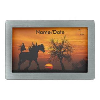 Pferd, das frei am Sonnenuntergang läuft Rechteckige Gürtelschnalle