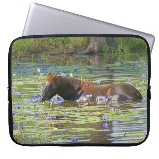 """Pferd, das im See, Australien, 15"""" Foto isst Laptopschutzhülle"""