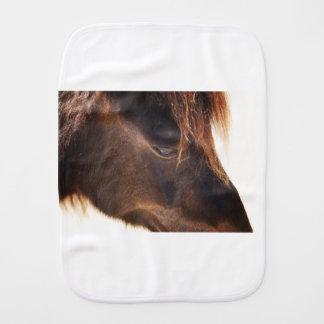 Pferd, das unten schaut spucktuch