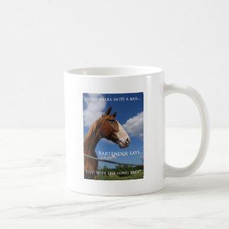Pferd geht in ein Bar Kaffeetasse