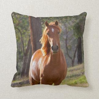 Pferd im Holz Zierkissen