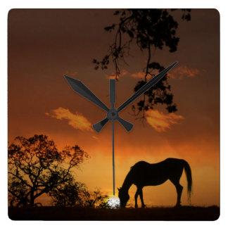 Pferd in der südwestlichen Sonnenuntergang-Uhr Quadratische Wanduhr