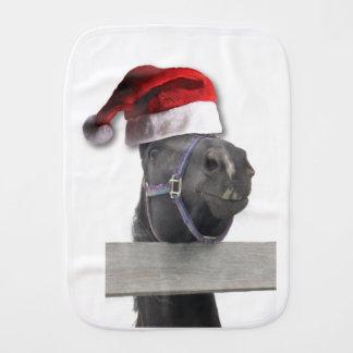Pferd mit einer Weihnachtsmannmütze Spucktuch