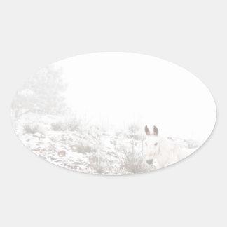 Pferd mit Winter-Jahreszeit-Schnee und Nebel Ovale Aufkleber