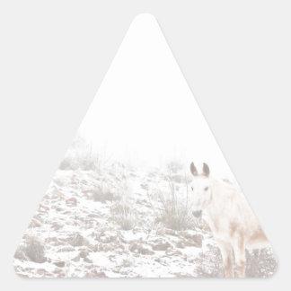 Pferd mit Winter-Jahreszeit-Schnee und Nebel Dreieckige Aufkleber