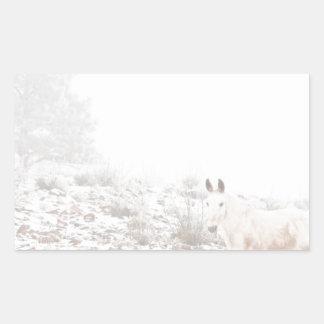 Pferd mit Winter-Jahreszeit-Schnee und Nebel Rechtecksticker