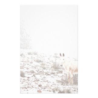 Pferd mit Winter-Jahreszeit-Schnee und Nebel Druckpapiere