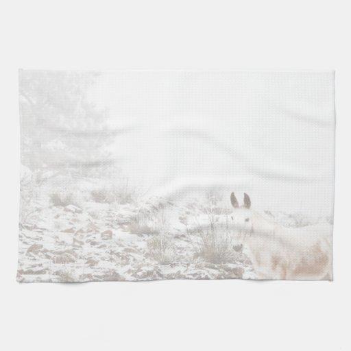 Pferd mit Winter-Jahreszeit-Schnee und Nebel Handtücher
