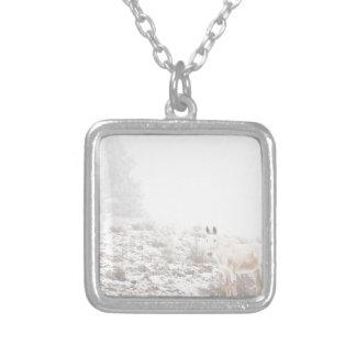 Pferd mit Winter-Jahreszeit-Schnee und Nebel Schmuck