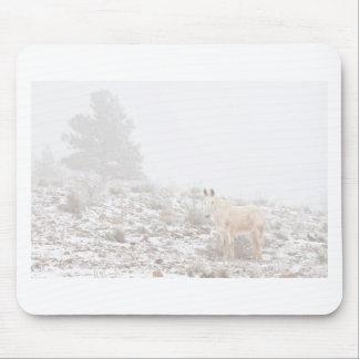 Pferd mit Winter-Jahreszeit-Schnee und Nebel Mousepad