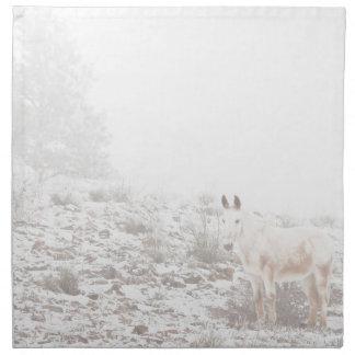 Pferd mit Winter-Jahreszeit-Schnee und Nebel Bedruckte Serviette