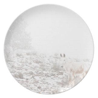 Pferd mit Winter-Jahreszeit-Schnee und Nebel Flache Teller