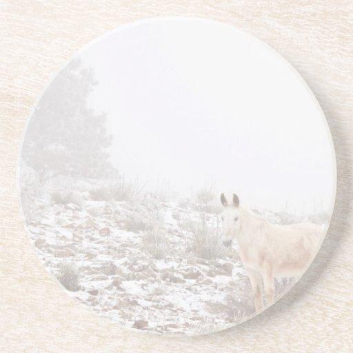 Pferd mit Winter-Jahreszeit-Schnee und Nebel Getränke Untersetzer