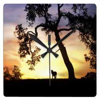 Pferd und Eiche in der Sonnenuntergang-Uhr Quadratische Wanduhr