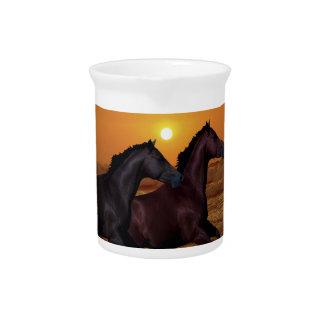 Pferde, die am Ozeansonnenuntergang laufen Getränke Pitcher