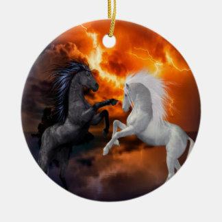 Pferde, die in einem schlechten Blitzsturm kämpfen Keramik Ornament