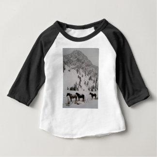 Pferde im Schnee in den Bergen Baby T-shirt