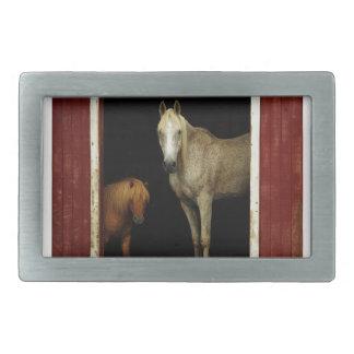 Pferde in einer roten Scheune Rechteckige Gürtelschnalle