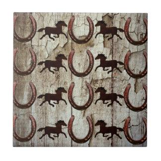 Pferdehufeisen auf Scheunen-hölzernen Kleine Quadratische Fliese
