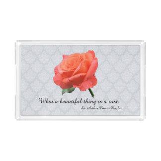 Pfirsich-rosa Rose mit Regentropfen auf Lacy Acryl Tablett