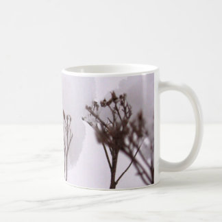 Pflanzen in der Schnee-klassischen weißen Tasse