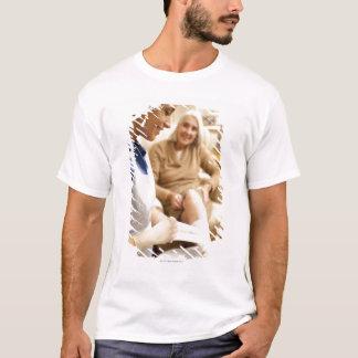 Pflegen Sie die Verpackung des Verbandes auf dem T-Shirt