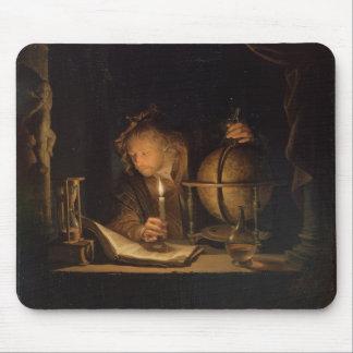 Philosoph, der durch Kerzenlicht studiert Mousepad