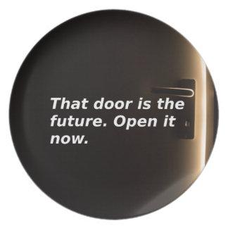 Phrasen: Diese Tür ist die Zukunft. Öffnen Sie sie Teller
