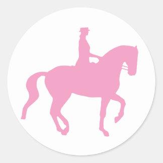 Piaffe Dressage-Pferd und Reiter (Rosa) Runder Aufkleber