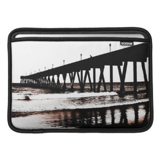 Pier-Silhouette mit Wellen MacBook Sleeve
