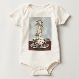 Pierrot Clown-Puppe, die auf einer Tee-Schale Baby Strampler
