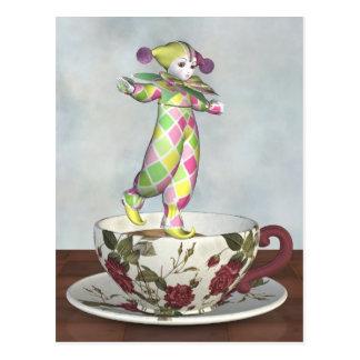 Pierrot Clown-Puppe, die auf einer Tee-Schale Postkarte