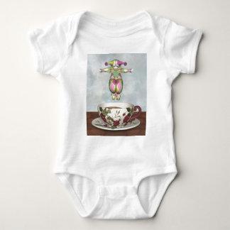 Pierrot Clown-Puppe, die in eine Tee-Schale Baby Strampler