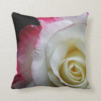 Pillow schönes nahes oben einer roten und weißen kissen