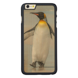 Pinguin, der auf den Strand geht Carved® Maple iPhone 6 Plus Hülle