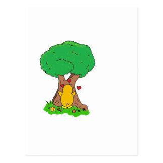 Pinguin, der einen Baum umarmt Postkarte