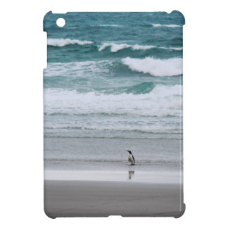 Pinguin, der vom Ozean zurückgeht iPad Mini Hülle