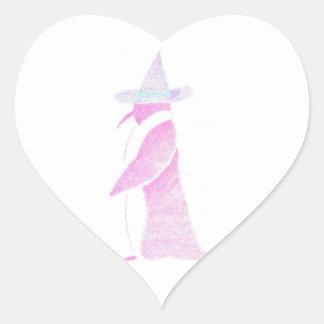 Pinguin im Hut einer Hexe Herz-Aufkleber