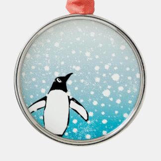 Pinguin im Schnee Rundes Silberfarbenes Ornament