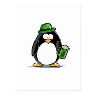 Pinguin mit grünem Bier Postkarte