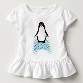 Pinguin mit Walen für Tag der Erde Kleinkind T-shirt