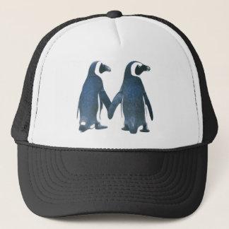 Pinguin-Paare, die Hände halten Truckerkappe