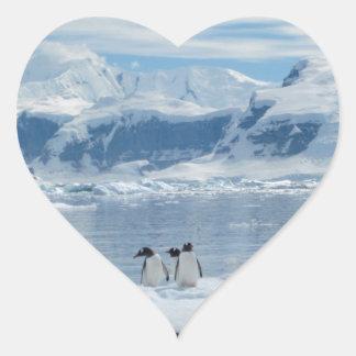 Pinguine auf einem Eisberg Herz-Aufkleber