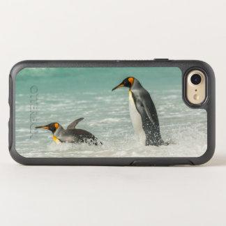 Pinguine, die auf dem Strand schwimmen OtterBox Symmetry iPhone 8/7 Hülle