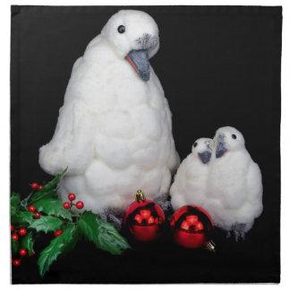 Pinguinfigürchen als Familie mit Weihnachtsbällen Stoffserviette